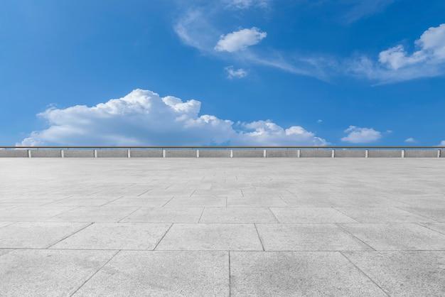 Puste płytki podłogowe i naturalny krajobraz nieba