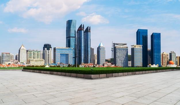 Puste płytki podłogowe i panoramę budynków miejskich