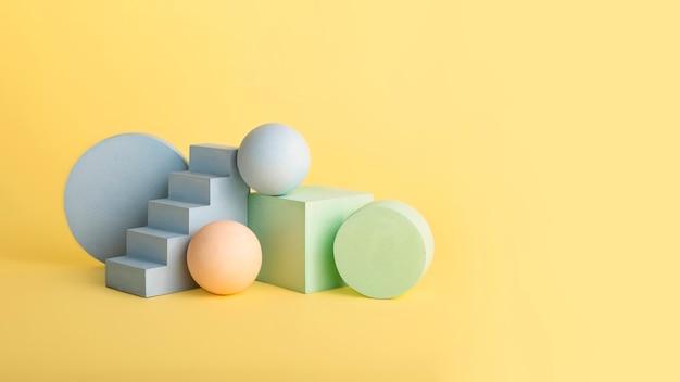 Puste podium geometryczny kształt i cokół w pastelowych kolorach. skopiuj miejsce do umieszczania produktów. dobre do umieszczania obiektów. koncepcja podium w kształcie makiety.