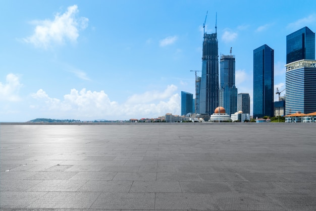 Puste podłogi i miejska linia horyzontu w qingdao, chiny