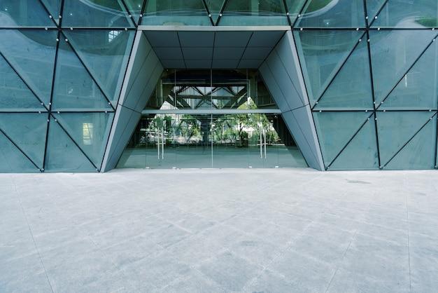 Puste podłogi i szklane drzwi przy wejściu do nowoczesnych budynków