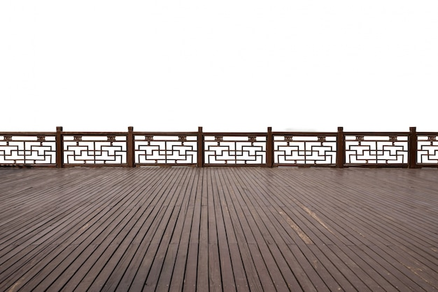 Puste podłogi z drewna starożytnej architektury po stronie jeziora
