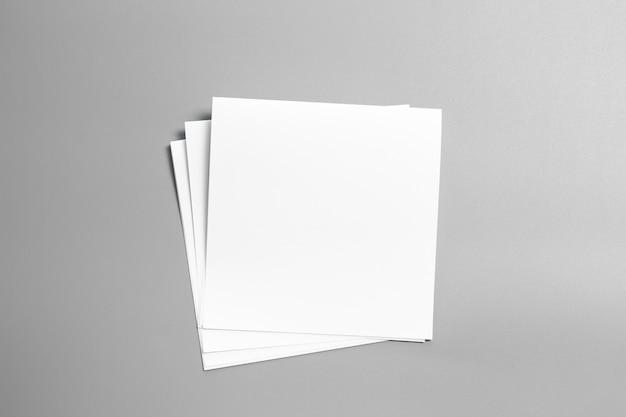 Puste portret makiety papieru. magazyn broszurowy na szarym tle, tło zmienne