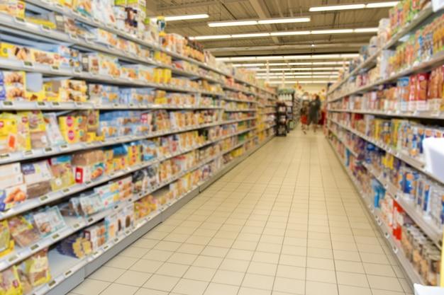 Puste przejście między supermarketami lub sklep spożywczy