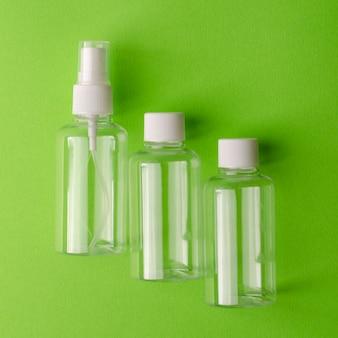 Puste przezroczyste butelki dla różnych płynnych produktów.