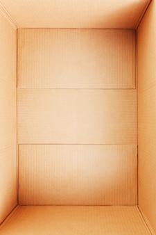 Puste pudełko kartonowe, widok od wewnątrz. pusta przestrzeń na ładunek, paczkę i prezent. otwórz karton na białym tle. widok z góry.