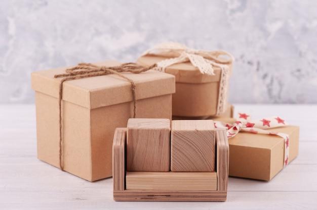 Puste puste drewniane kalendarz i pudełka na prezenty z papieru kraft.