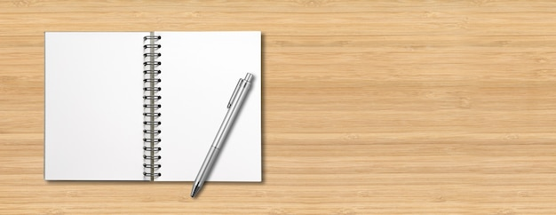 Puste puste makieta notatnik spirala i długopis na białym tle na drewniane