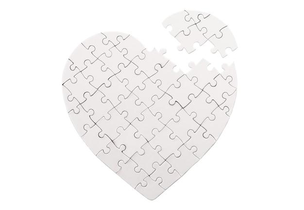 Puste puzzle w kształcie serca na białym tle