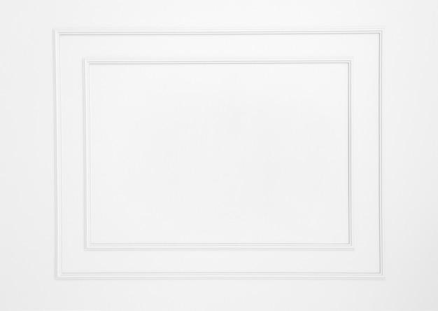 Puste ramki na białej ścianie