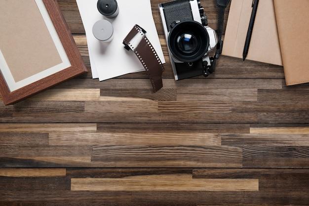 Puste ramki na drewnianym stole