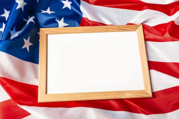 Puste ramki na tle flagi amerykańskiej