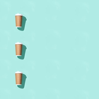 Puste rękodzieło zabiera duży papierowy kubek na kawę lub napoje, makieta szablonu opakowania.