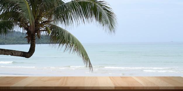Puste rustykalne biurko z pięknym tropikalnym oceanem z kokosowym drzewem w