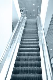 Puste schody ruchome na klatce schodowej na lotnisku