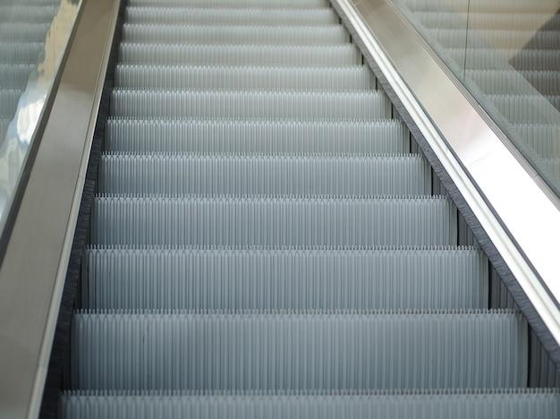 Puste schody ruchome schody w stacji metra lub centrum handlowego, nowoczesne schody ruchome w budynku biurowym.