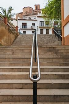 Puste schody w miejskim otoczeniu