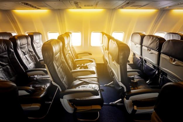 Puste siedzenia i okno wewnątrz samolotu