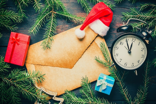Puste stare koperty, pudełka na prezenty, jelenie i czapka mikołaja.
