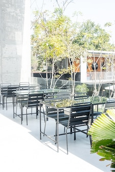 Puste stoły i krzesła na tarasie kawiarni