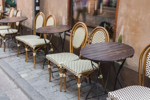 Puste stoły między godzinami posiłków. staroświecki taras kawiarni?