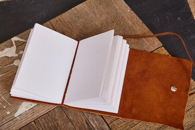 Puste strony książki otwarte ze skórzaną miękką okładką