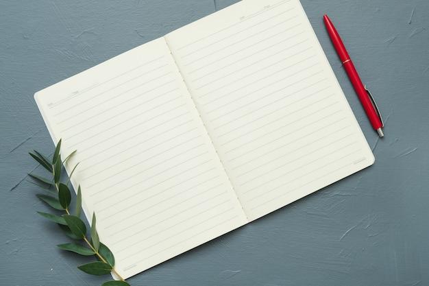 Puste strony notesu na szarym stole.