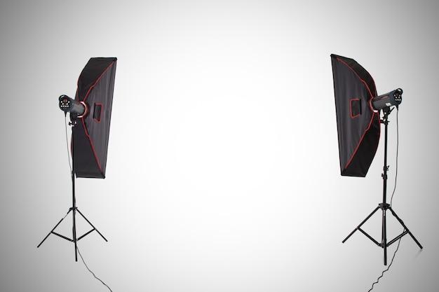 Puste studio fotograficzne ze sprzętem oświetleniowym