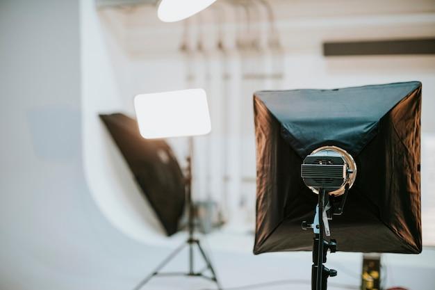 Puste studio z oświetleniem fotograficznym