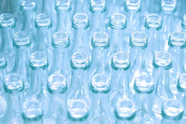 Puste szklane butelki w fabryce.