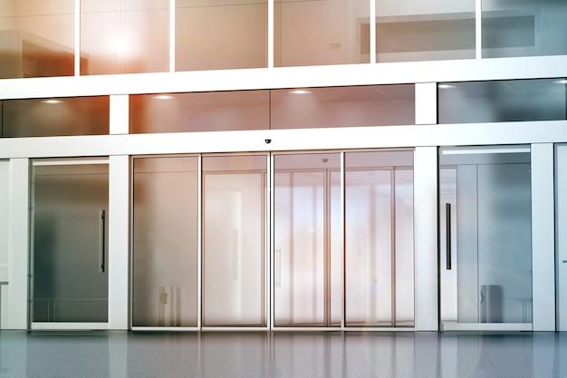 Puste szklane drzwi przesuwne makieta wejściowa