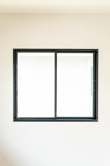 Puste szklane okno i drzwi w domu