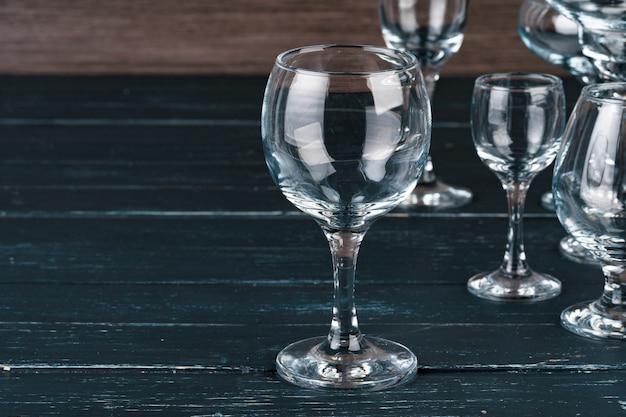 Puste szklanki do napojów na ciemnej powierzchni