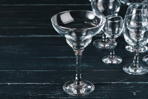 Puste szklanki do napojów na ciemnym stole