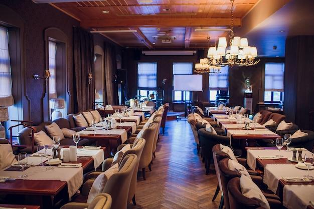 Puste szklanki ustawione w restauracji. część wnętrza