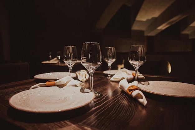 Puste szklanki ustawione w restauracji
