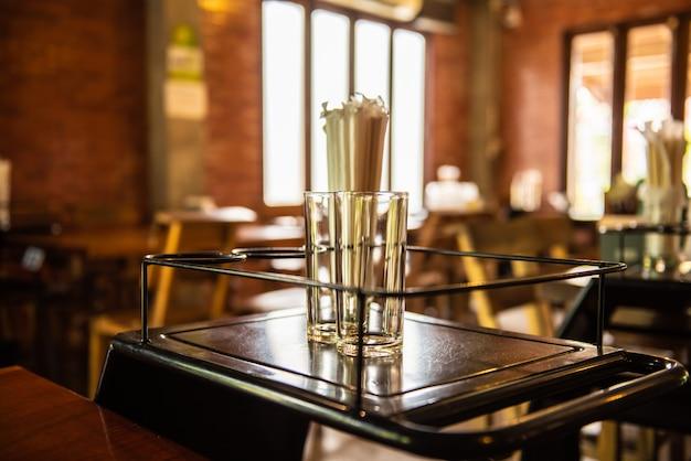 Puste szkło w restauracji. ciepłe światło w restauracji.