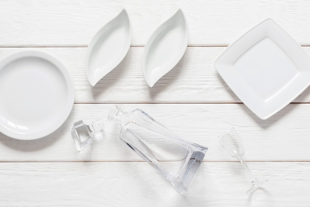Puste talerze na białym tle