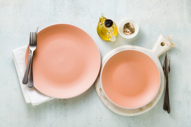 Puste talerze na stole ustawione na lunch lub kolację.