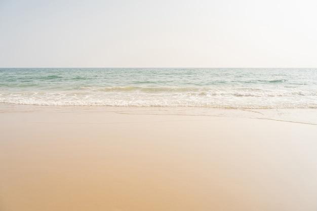 Puste tło morza i tropikalnej plaży z miejsca na kopię.