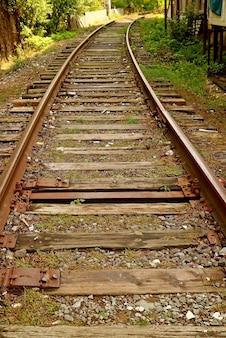 Puste tory kolejowe na wsi