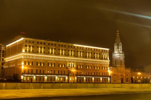 Puste ulice miasta nocą z żółtymi latarniami. nocny pejzaż miejski.