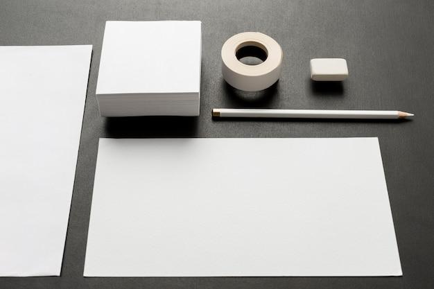 Puste wizytówki i różne rozmiary papieru