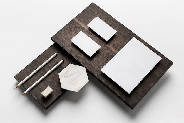 Puste wizytówki na drewnianym stojaku