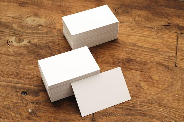Puste wizytówki stosy na szorstkim drewnianym stole