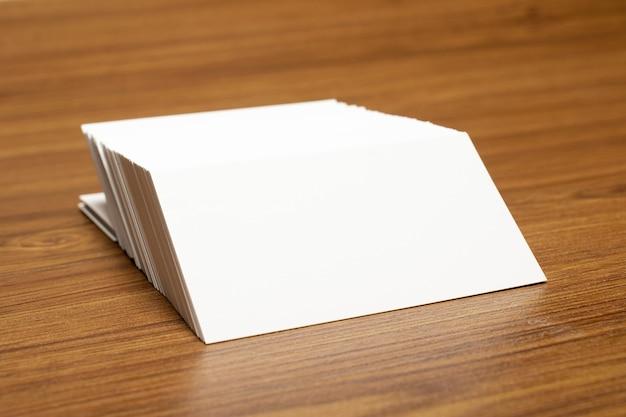 Puste wizytówki zablokowane na stosie o wymiarach 3,5 x 2 cale