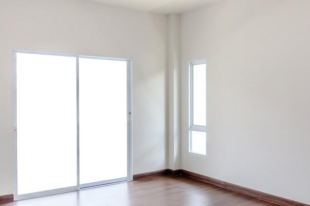Puste wnętrze salonu z izolowaną ramą okienną