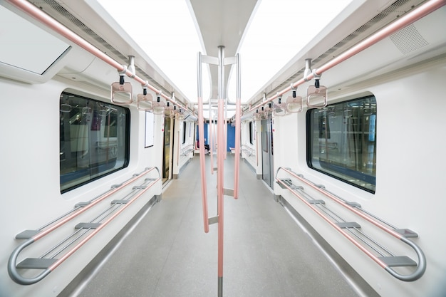 Puste wnętrze wagonu metra