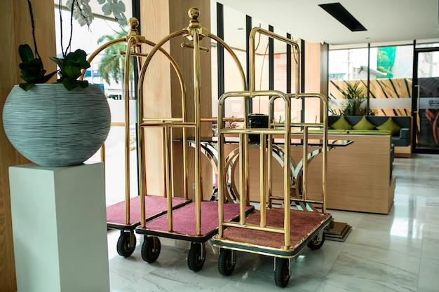 Puste wózki bagażowe / wózki bagażowe w tle korytarza w holu hotelu lub wózki bagażowe bellmana