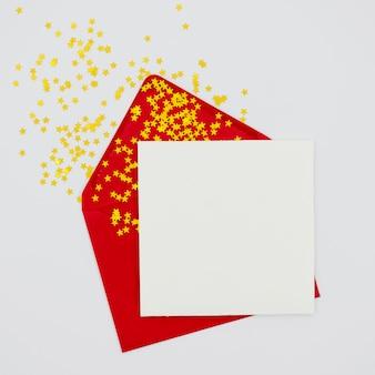 Puste zaproszenie z czerwoną kopertą
